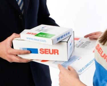 mensajero-entrega-varios-paquetes