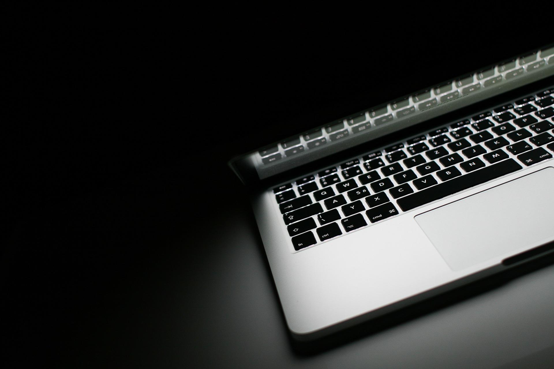 laptop-at-night-1114377_1920