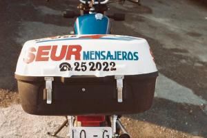 Moto reparto SEUR antigua